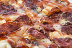 Plan rapproché de tarte de pizza de pepperoni Photo libre de droits