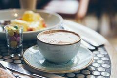 Plan rapproché de tasse de café et de petits déjeuners Images stock