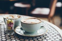 Plan rapproché de tasse de café sur la table et les sucreries Image stock