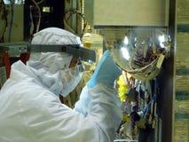 Plan rapproché de technicien de Cleanroom de laboratoire images stock
