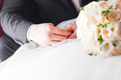 Plan rapproché de tenir des nouveaux mariés de mains images libres de droits