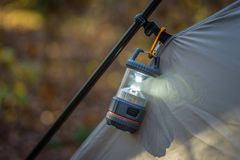 Plan rapproché de tente et de lanterne dans la chute photographie stock
