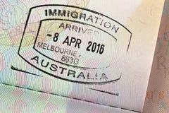 Plan rapproché de timbre d'entrée d'arrivée sur le passeport pour le trave d'immigration Photos stock