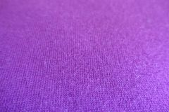 Plan rapproché de tissu tricoté mince violet rosâtre Photos stock