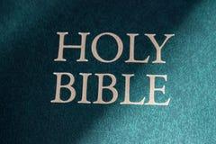 Plan rapproché de titre de Sainte Bible au soleil Concept de religion et de foi Littérature religieuse bible image stock
