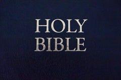 Plan rapproché de titre de Sainte Bible Concept de religion et de foi Littérature religieuse Bible d'isolement photo libre de droits
