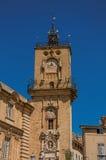 Plan rapproché de tour d'horloge avec le ciel bleu ensoleillé à Aix-en-Provence Photo stock