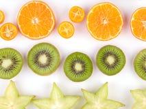 Plan rapproché de tranches exotiques mûres de fruits d'isolement sur un fond blanc Image libre de droits