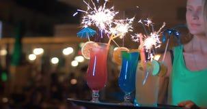 Plan rapproché de trois cocktails décorés des cierges magiques clips vidéos