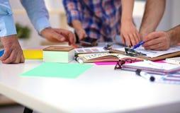 Plan rapproché de trois jeunes concepteurs créatifs travaillant sur le projet ensemble Team le travail photographie stock