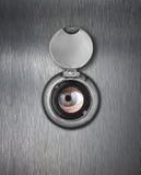Plan rapproché de trou de piaulement avec l'oeil humain images stock