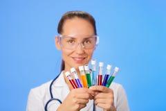 Plan rapproché de tubes de test médical dans la main de docteur Images libres de droits