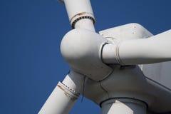 Plan rapproché de turbine de vent usée et bien utilisée Photographie stock libre de droits