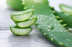 Plan rapproché de vera d'aloès Cosmétiques organiques naturels découpés en tranches de renouvellement d'Aloevera, médecine parall Photographie stock