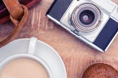 Plan rapproché de vieil appareil-photo avec les journaux intimes et le café Photographie stock libre de droits