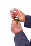 Plan rapproché de vieil des mains homme avec des pilules Photographie stock libre de droits