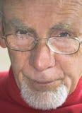Plan rapproché de vieil homme sérieux Images libres de droits