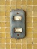 Plan rapproché de vieil interrupteur de lampe sur le mur de mosaïque jaune en tant que concept moderne de technologie, en revanch Photos libres de droits