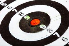 Plan rapproché de vieille cible noire et blanche sale comme fond de sport photographie stock