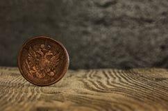 Plan rapproché de vieille pièce de monnaie russe sur un fond en bois Photo stock