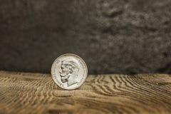 Plan rapproché de vieille pièce de monnaie russe sur un fond en bois Images stock