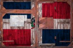 Plan rapproché de vieille porte d'entrepôt avec le drapeau national illustration libre de droits