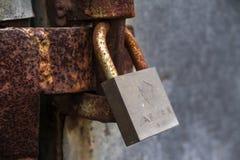 Plan rapproché de vieille serrure rouillée sur une porte foyer sur le cadenas image libre de droits