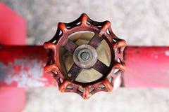 Plan rapproché de vieille valve rouillée de l'eau Image stock