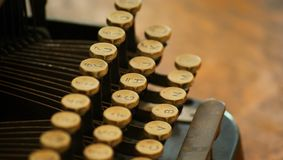 Plan rapproché de vieilles clés de machine à écrire photo libre de droits