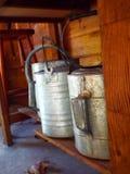 Plan rapproché de vieux arrosoirs galvanisés sous le banc de mise en pot Image libre de droits