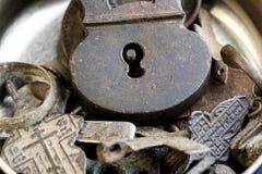Plan rapproché de vieux articles russes et de pièces de monnaie du 18ème siècle à un arrière-plan argenté métallique Images stock