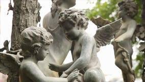 Plan rapproché de vintage de statue de jardin Ange de sommeil au cimetière de Recoleta de La à Buenos Aires Sculpture en jardin c Photographie stock