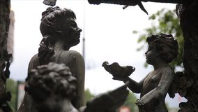 Plan rapproché de vintage de statue de jardin Ange de sommeil au cimetière de Recoleta de La à Buenos Aires Sculpture en jardin c Photographie stock libre de droits