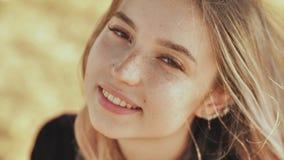 Plan rapproché de visage d'une gentille jeune fille russe blonde banque de vidéos