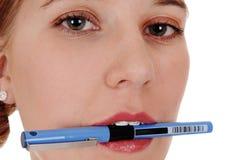 Plan rapproché de visage du ` s de femme avec le stylo photographie stock libre de droits