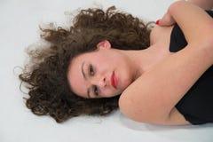 Plan rapproché de visage de fille de brune avec de longs cheveux onduleux, dre noir images libres de droits