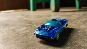 Plan rapproché de voiture bleue de jouet pour des enfants sur le fond divers photographie stock libre de droits
