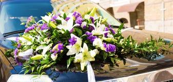 Plan rapproché de voiture de mariage décoré des fleurs Images stock