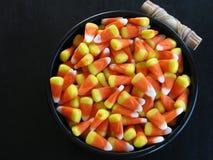Plan rapproché de vue supérieure des bonbons au maïs dans la cuvette noire sur le fond noir avec l'espace de copie Photographie stock libre de droits