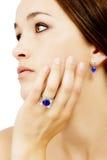 Plan rapproché de Wearing modèle un concepteur Ring de Tanzanite et boucle d'oreille Photographie stock
