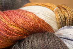 Plan rapproché des écheveaux colorés par automne du fil Photos stock
