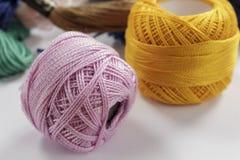 Plan rapproché des écheveaux du rose et de l'orange de fil de coton Photographie stock libre de droits