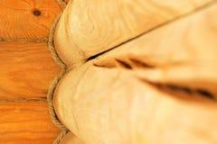 Plan rapproché des éléments d'un blockhaus en bois et de ses murs dans le style russe antique photo stock
