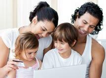 Plan rapproché des achats de famille en ligne Photographie stock