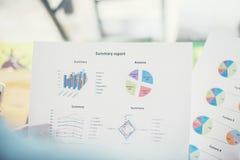 Plan rapproché des affaires analysant des diagrammes d'investissement Photos stock