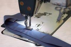 Plan rapproché des affaires de tailleur - un morceau de denim et de ciseaux dessus Photo libre de droits