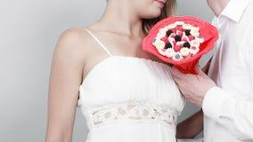 Plan rapproché des ajouter aux fleurs de groupe de sucrerie Amour Images libres de droits