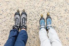Plan rapproché des amies de personnes avec des patins de rouleau Photos libres de droits