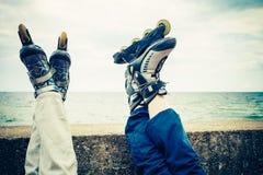 Plan rapproché des amies de personnes avec des patins de rouleau Image libre de droits