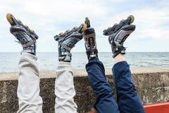 Plan rapproché des amies de personnes avec des patins de rouleau Photo libre de droits